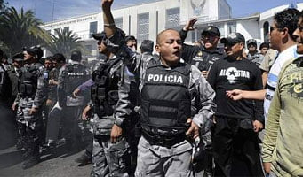 Policía sublevada reprime a manifestantes que intentan rescatar a Correa (teleSUR)