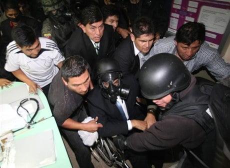 Despacho urgente: Impresionante balacera en afueras de hospital de Quito. Presidente Correa es evacuado a salvo. (CEDIB 10:21 p.m. 30 septiembre)